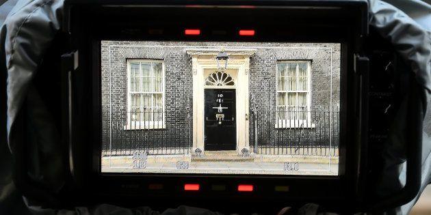 La puerta del número 10 de Downing Street, en Londres, desde el visor de una cámara, esta mañana de resaca