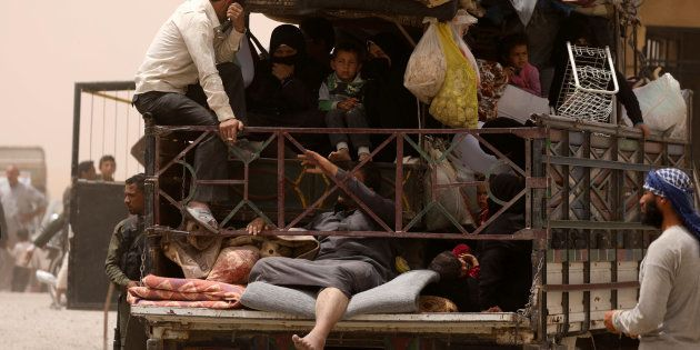 Un grupo de civiles trata de escapar de Raqqa, el pasado 19 de