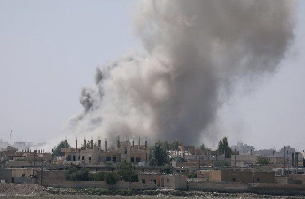 Edificios del sureste de Raqqa, rodeados de humo, el pasado