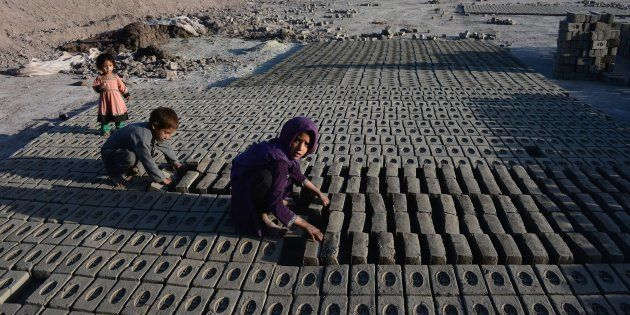 Niños trabajando en una fábrica de ladrillos de