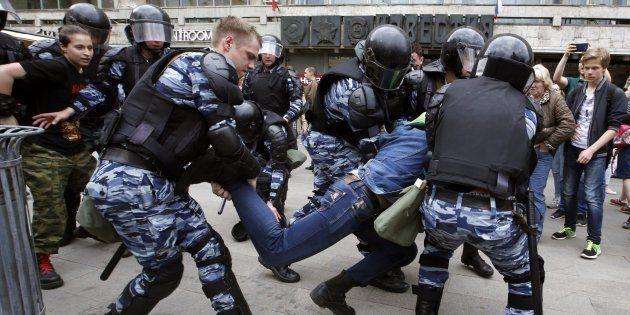 Policías detienen a un manifestante en la calle Tverskaya en Moscú (Rusia) hoy, 12 de junio de
