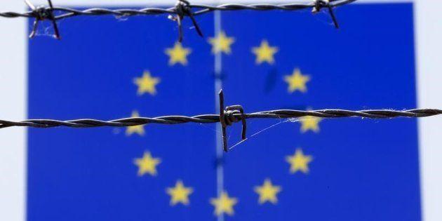 Alambrada ante una bandera de la UE en un centro de recepción de refugiados en Bicske, Hungría, en una...