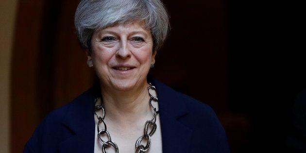 Theresa May, la primera ministra del Reino Unido, saliendo de un acto religioso en Sonning, ayer