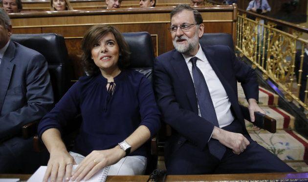 El presidente del Gobierno, Mariano Rajoy, y la vicepresidenta, Soraya Sáenz de Santamaría, en sus