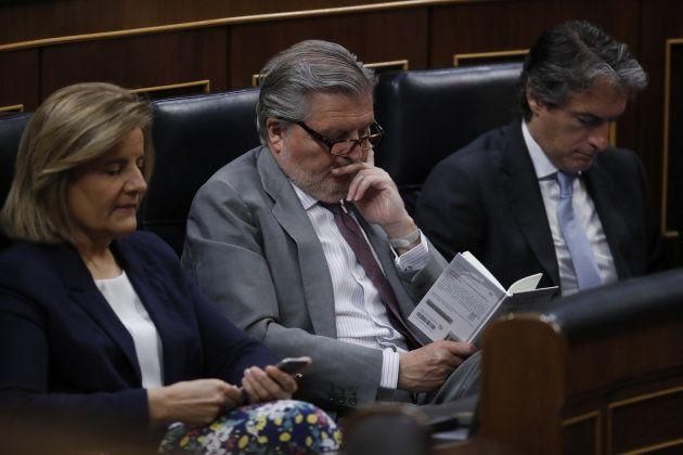 Los ministros, de Empleo, Fátima Báñez (izquierda); de Educación, Íñigo Méndez de Vigo (centro), y de...