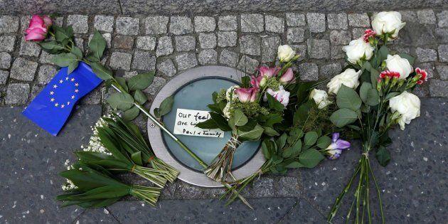 Ofrenda de flores ante la embajada de Reino Unido en Berlín (Alemania) tras el atentado en el Manchester...