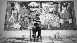 Miguel Campello (ElBicho) pinta el 'Guernica' para cantar ante la obra de