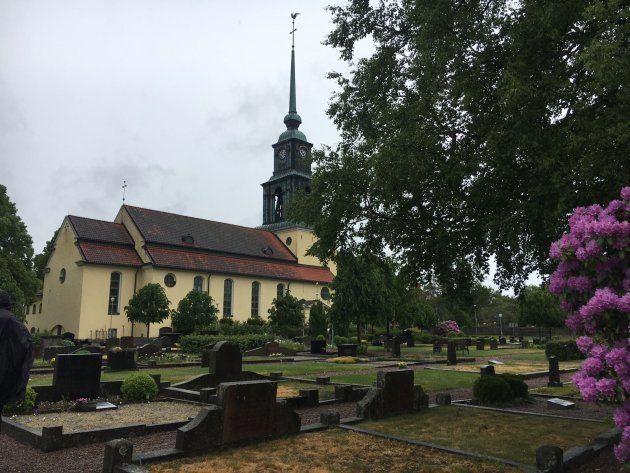 La iglesia y el cementerio de