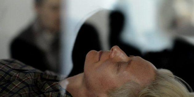 Tilda Swinton 'durmiendo' en una urna de cristal en el MOMA: la actriz participa en una performance