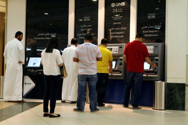 Ciudadanos de Doha, haciendo cola para sacar