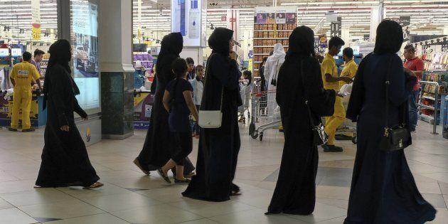 Un grupo de mujeres acude a un supermercado de Doha para comprar alimentos, ante el temor de un posible...