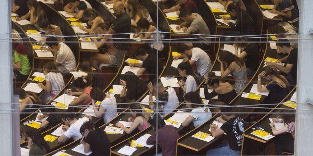 El consejero de Sanidad de Madrid recomienda hacer abanicos de papel para combatir la ola de calor en...