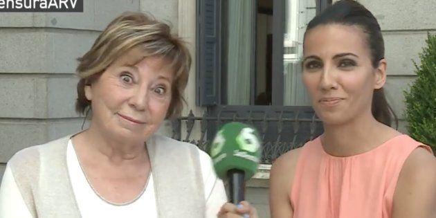El extraño episodio en el Congreso de Celia Villalobos pasando mensajes de móvil sobre Podemos a
