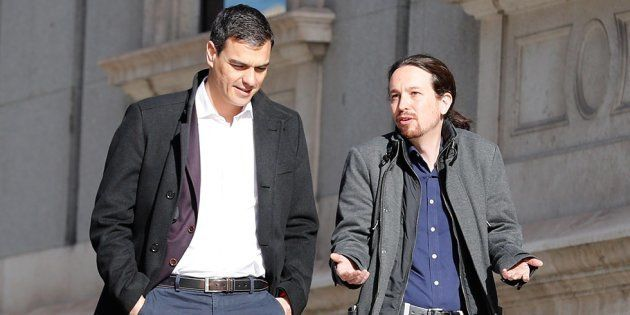 El líder de Podemos, Pablo Iglesias, y el secretario general socialista, Pedro Sánchez, caminando junto...