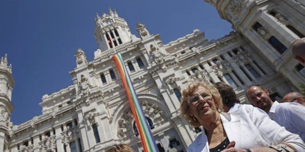 Manuela Carmena, la alcaldesa de Madrid, durante el despliegue de la bandera del Orgullo Gay, en