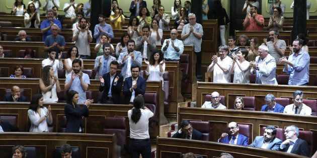 Pablo Iglesias, aplaudido por su grupo parlamentario al fin de la