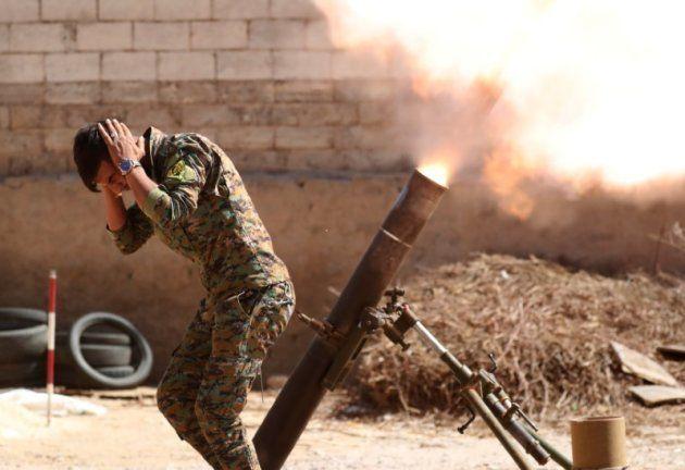 Un miliciano kurdo dispara un mortero en los alrededores de Raqqa (Siria), ayer