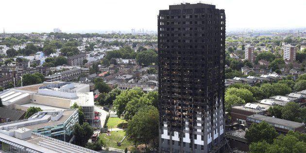 Vista de la torre residencial Grenfell tras el incendio hoy 16 de junio de 2017 en Londres (Reino
