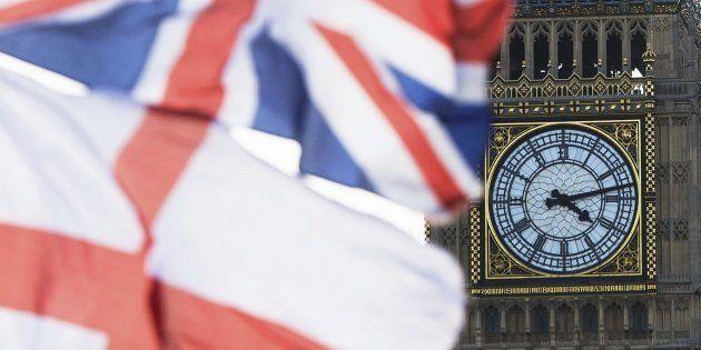 Fotografía de archivo de la Union Jack (arriba), la bandera del Reino Unido, ondeando junto a la bandera...