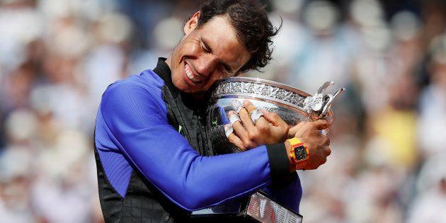 Rafael Nadal, celebrando su victoria en la pista parisina ante Stan Wawrinka, aún con su
