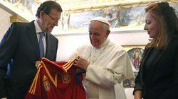 Rajoy visita al papa... y le regala una camiseta de la selección