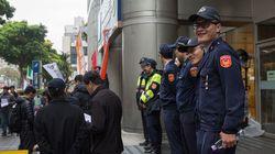 Los nuevos miembros de la Policía de Taiwán se quedan dormidos en el