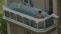 La piscina improvisada por un niño en un balcón arrasa en