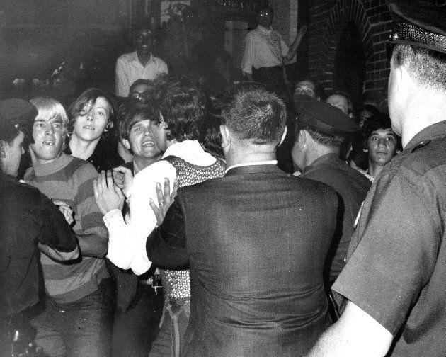 La gente intenta impedir las detenciones por parte de la policía en el pub Stonewall el 28 de junio de