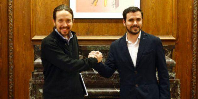 Imagen de archivo del líder de Podemos, Pablo Iglesias (izq), y de IU, Alberto Garzón