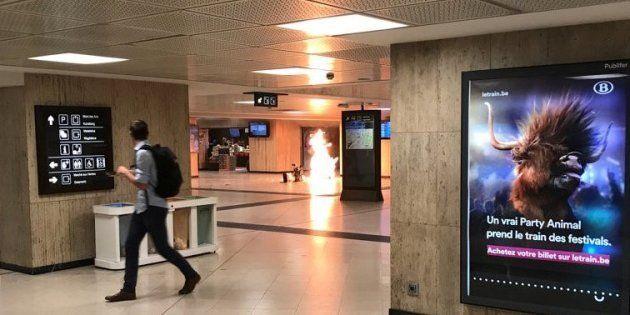 Llamas en el vestíbulo de ascensores de la Estación Central de Bruselas, en la tarde de