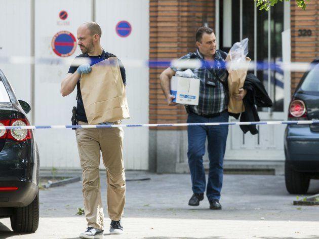 Policías belgas registran la vivienda del supuesto terrorista que anoche hizo explotar una carga explosiva...