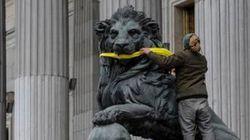Greenpeace amordaza a los leones del Congreso