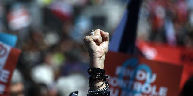 Alguien levanta el puño en señal de resistencia durante un mitin de Francia Insumisa en Marsella (Francia),...