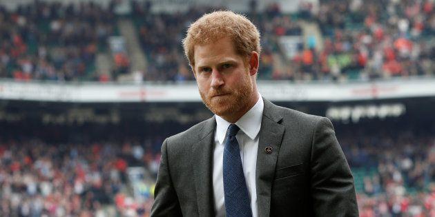 El príncipe Enrique en un partido de rugby celebrado en Twickenham, al oeste de Londres, el 29 de abril...