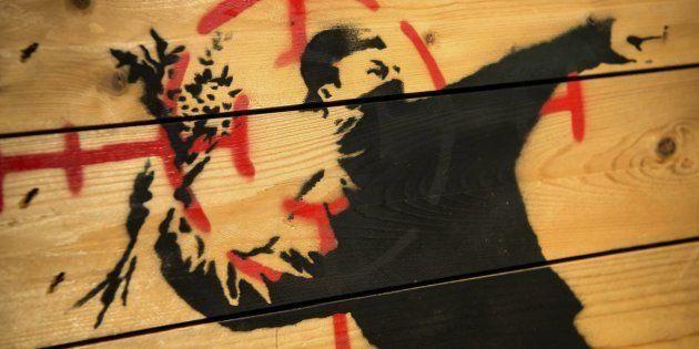 'El manifestante lanzador de ramos de flores', de