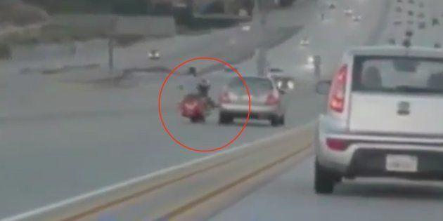 La patada de un motorista a un coche provoca el caos en una carretera de
