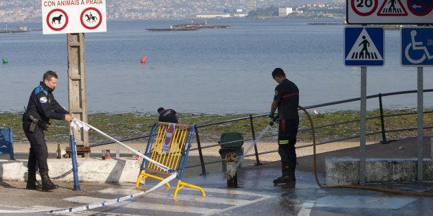 Unos operarios limpian el lugar donde un joven de 25 años ha fallecido durante la noche de San Juan tras...