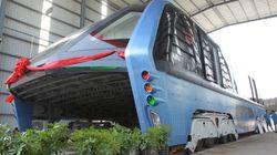 Primeras fotos del bus que evita los atascos pasando encima de los