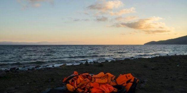 Chalecos abandonados por los rescatados frente a las costas de