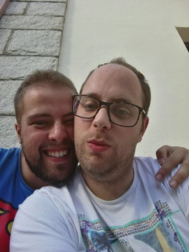 Victor (D) con su pareja