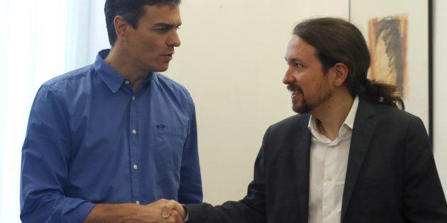 Los secretarios generales del PSOE, Pedro Sánchez, y de Podemos, Pablo Iglesias, se saludan antes de...
