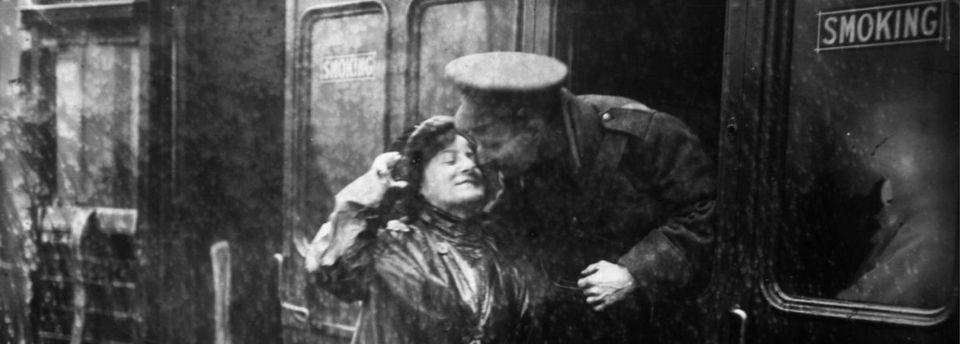 Despedida de un soldado en la estación de tren Victoria (Londres) en 1914. Comenzaba la guerra.