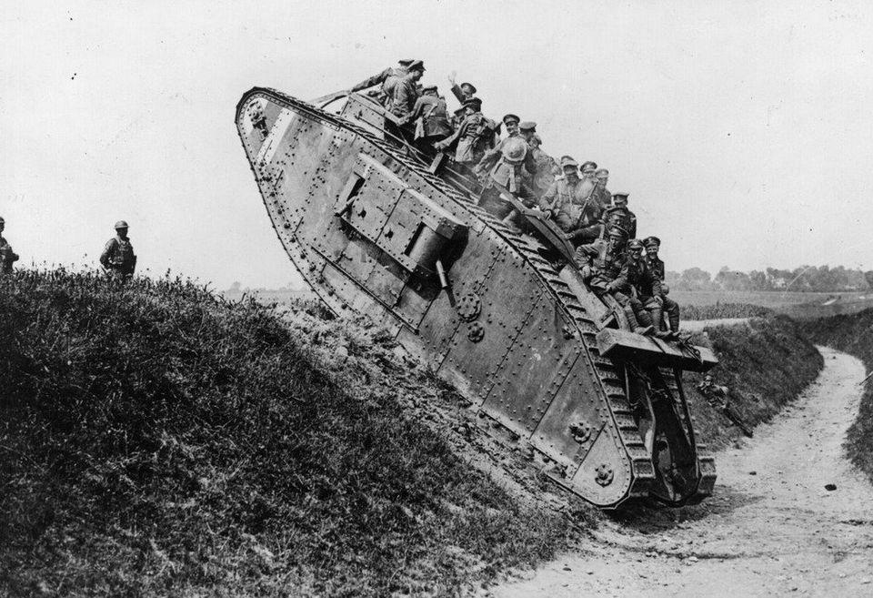 1918. Soldados británicos en un tanque.
