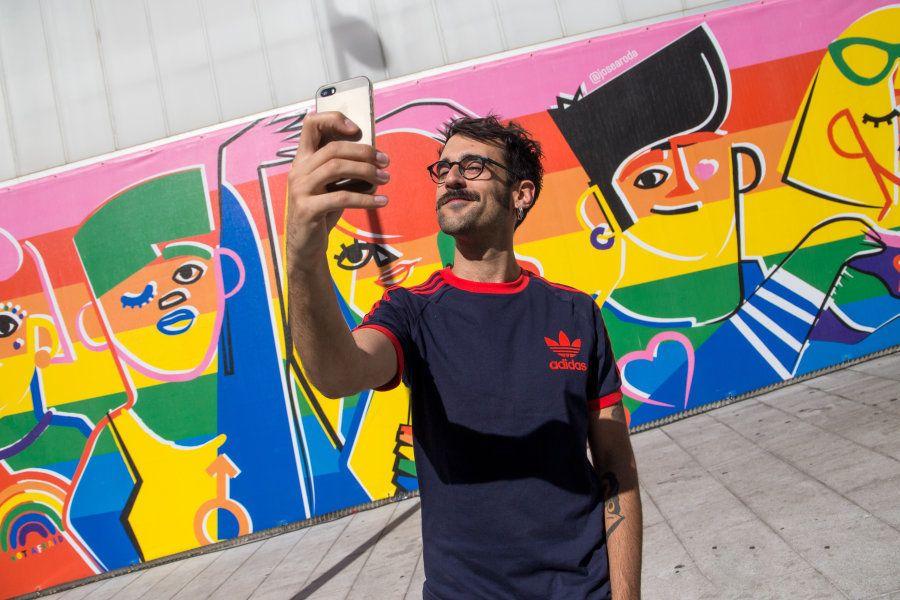 El autor, José Antonio Ronda se hace un selfi delante de su