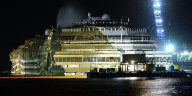 Enderezado el Costa Concordia tras casi un día de trabajos de reflote