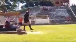 Un árbitro saca una pistola en pleno partido tras ser agredido por un