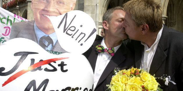 La pareja gay formada por Dietmar Holzapfel y Josef Scattler se besa durante una protesta en la Marienplatz...