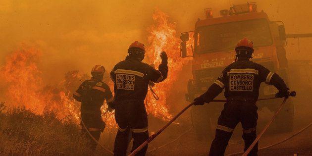 Fotografía cedida por Consorcio Provincial de Bomberos de Castellón del incendio forestal que se inició