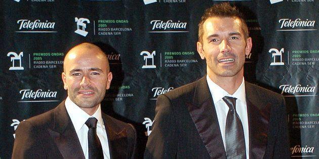 El presentador Jesús Vázquez y su marido, Roberto Cortés, posando ante la prensa tras su boda el 3 de...