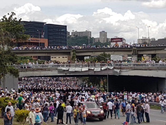 Manifestantes en una autopista de